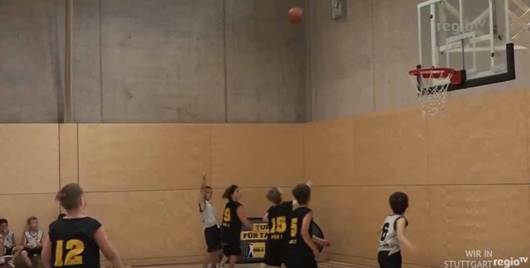 BASKETBALL GRUNDSCHULLIGA MEETS BW CROWD